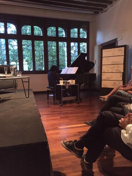 """4. Juni 2015. Salon Suisse der Pro Helvetia """"S.O.S. Dada"""" in Venedig: Giovanni Mancuso vom Konservatorium Venedig interpretiert für den Salon Suisse Stücke von Luciano Berio sowie John Cage, spielt eine eigene Komposition und einen Ragtime von Paul Hindemith."""