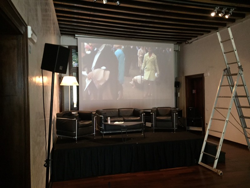 """5. Juni 2015. Salon Suisse der Pro Helvetia """"S.O.S. Dada"""" in Venedig. Warten auf Fredi Murer mit einem Ausschnitt aus """"Sadis-Ficiton"""" (1969)."""