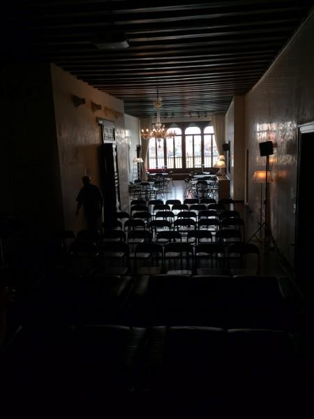 """5. Juni 2015. Salon Suisse der Pro Helvetia """"S.O.S. Dada"""" in Venedig. Aus Salon mach Kino: Fredi Murer beim Bildcheck vor dem Eintreffen der Gäste des zweiten Abends."""