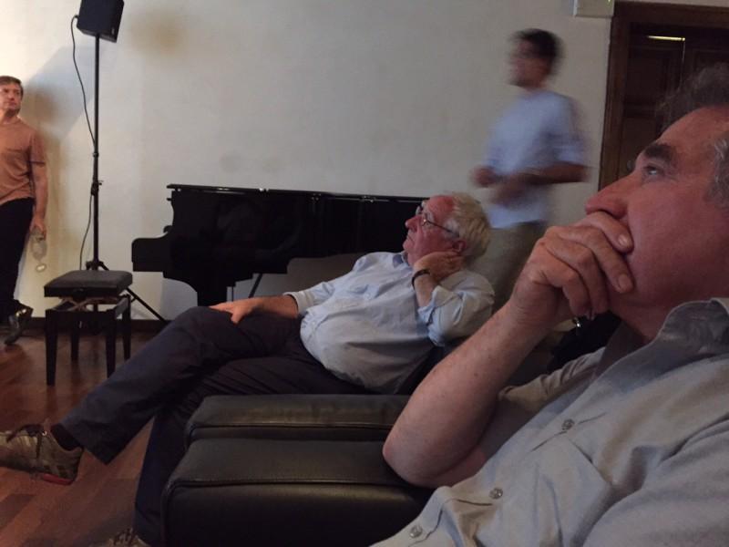 """5. Juni 2015. Salon Suisse der Pro Helvetia """"S.O.S. Dada"""" in Venedig. Guido Magnaguagno und Fredi Murer visionieren """"Chicorée"""" (1966) von Fredi Murer und Urban Gwerder. Das Flash-Back steht ihnen ins Gesicht geschrieben."""