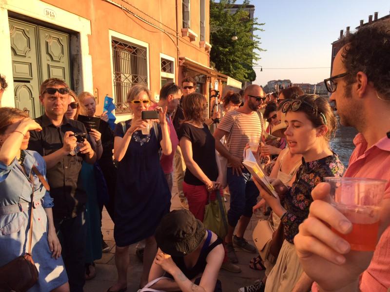"""6. Juni 2015. Salon Suisse der Pro Helvetia """"S.O.S. Dada"""" in Venedig. Dritter Abend: Der Streifzug durch Venedig beginnt."""