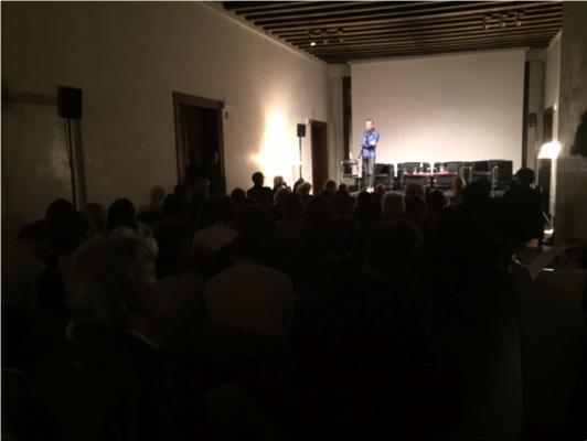 Christian Uetz hypnotisiert das Publikum im Palazzo Trevisan