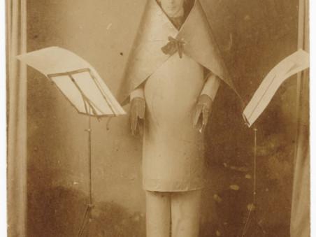 hugo-ball-im-kubistischen-kostüm-zürich-1916
