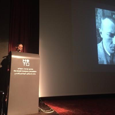 """Adrian Sudhalter spricht über """"Dada globe"""" und zeigt Hans Arp"""