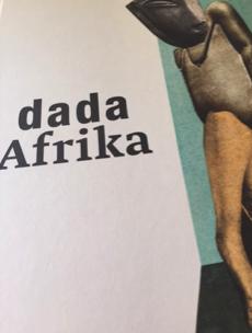 """Bild: Katalog-Cover von """"Dada Afrika. Dialog mit dem Fremden"""" mit einem Ausschnitt von Hannah Höchs Collage, """"Aus einem ethnographischen Museum (Denkmal l)"""", 1924, Collage, Berlinische Galerie, Landesmuseum für Moderne Kunst, Fotografie und Architektur, © 2015, Zürich, ProLitteris"""