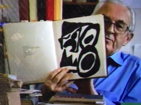 """Hans Bolliger im Kunsthaus Zürich, 1994 (Videostill aus einem von Peter Münger gedrehten Interview zur Ausstellung """"Dada global"""", Copyright Peter Münger)"""